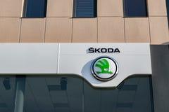 Opinión la compañía del logotipo de Skoda fotografía de archivo