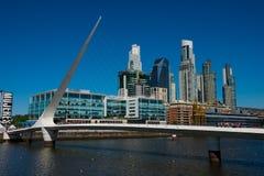Opinión la costa y Bridge Puente de la Mujer de la vecindad de Puerto Madero de la mujer fotografía de archivo libre de regalías
