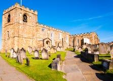 Opinión la iglesia, las lápidas mortuarias y Whitby Abbey de St Mary en North Yorkshire, Reino Unido Imagen de archivo