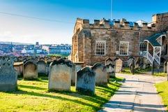 Opinión la iglesia, las lápidas mortuarias y Whitby Abbey de St Mary en North Yorkshire, Reino Unido Imagenes de archivo