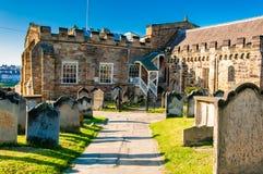 Opinión la iglesia, las lápidas mortuarias y Whitby Abbey de St Mary en North Yorkshire, Reino Unido Imagen de archivo libre de regalías