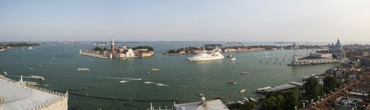 Opinión la laguna y San Giorgio Maggiore Island de Venecia del campanil de St Mark imagenes de archivo
