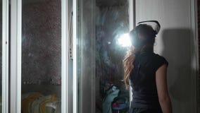 Opinión la muchacha caucásica en vidrios de VR Visión trasera delante del espejo metrajes