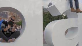 Opinión la muestra y la gente de I Amsterdam en el ` s Museumplein, Países Bajos de Amsterdam almacen de video