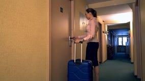 Opinión la mujer con la maleta que busca su sitio almacen de metraje de vídeo