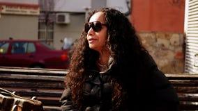 Opinión la mujer madura de Latina con el pelo largo y la vieja hembra con el pelo rojo corto metrajes