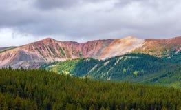 Opinión la reina colorida Elizabeth Ranges cerca del lago Maligne Jasper National Park alberta canadá foto de archivo