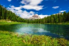 Opinión a Lago Antorno y a Tre Cime di Lavaredo en dolomías, Foto de archivo
