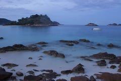 Opinión larga de la exposición del mar plano con las rocas Foto de archivo libre de regalías