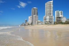 Opinión las personas que practica surf paraíso, Australia Fotos de archivo libres de regalías