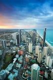 Opinión las personas que practica surf paraíso, Gold Coast según lo visto de Q1 foto de archivo libre de regalías