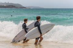 Opinión las personas que practica surf que van que practica surf Foto de archivo
