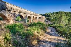 Opinión lateral sobre archade del acueducto romano cerca de Tarragona, España Fotos de archivo