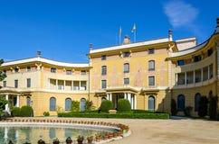Opinión lateral sobre el palacio de Pedralbes en Barcelona, España Fotografía de archivo