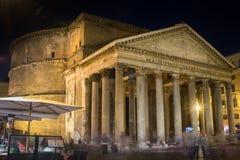 Opinión lateral sobre la fachada en la noche, Roma Italia del panteón Imagen de archivo