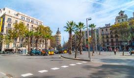Opinión llana de la calle del día agradable por la tarde soleada de Barcelona, gente en los cafés, caminando o relajándose en un  Imagenes de archivo