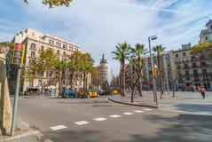 Opinión llana de la calle del día agradable por la tarde soleada de Barcelona, gente en los cafés, caminando o relajándose en un  Fotografía de archivo