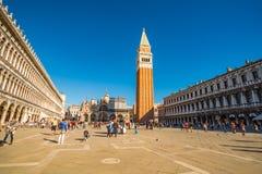 Opinión los turistas que caminan en el San histórico Marco Plaza Imágenes de archivo libres de regalías