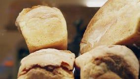 Opinión móvil Live sobre el escaparate de la panadería con pan fresco, a través del vidrio almacen de video
