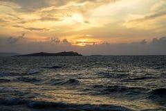 Opinión móvil ventosa potente escénica de la onda del mar de la puesta del sol con el reflejo de luz y los tonos hermosos del fon Imagenes de archivo