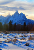 Opinión magnífica de cerca de carril partido de Tetons en la puesta del sol crepuscular del alpenglow debajo de las nubes lenticu imagen de archivo libre de regalías