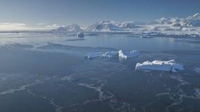 Opinión majestuosa aérea del abejón del paisaje marino de la Antártida almacen de metraje de vídeo