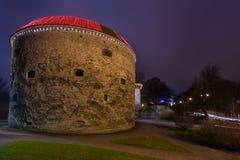 Opinión Margaret Tower gorda en Tallinn en la noche Fotos de archivo