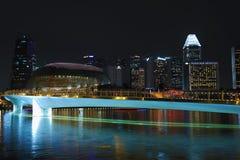 Opinión Marina Bay Sands, Singapur del paisaje urbano de la noche Imagen de archivo