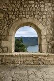 Opinión medieval de la ventana imagenes de archivo
