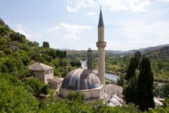 Opinión mezquita y del río viejos de Neretva desde arriba de Pocitelj, de Bosnia y de Hercegovina Fotografía de archivo
