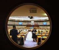 Opinión moderna de la sala de conferencias a través de una ventana Imagen de archivo