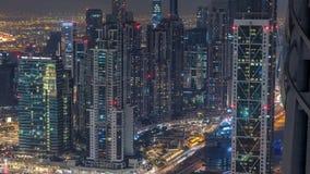 Opinión moderna de las torres del timelapse céntrico de la noche de Dubai del top en Dubai, United Arab Emirates metrajes
