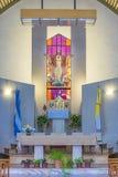 Opinión moderna del interior del altar de la iglesia Imagen de archivo