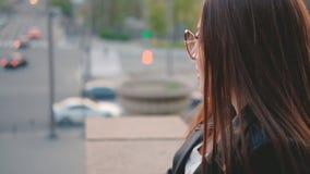 Opinión morena de la calle del centro de ciudad de la señora de la vida urbana almacen de metraje de vídeo