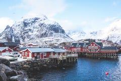 Opinión nevosa del invierno granangular estupendo hermoso del pueblo pesquero A, Noruega, islas de Lofoten, con horizonte, montañ Imagenes de archivo