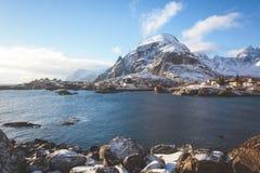 Opinión nevosa del invierno granangular estupendo hermoso del pueblo pesquero A, Noruega, islas de Lofoten, con horizonte, montañ Imágenes de archivo libres de regalías
