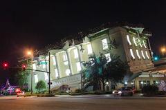 Opinión nocturna sobre el edificio al revés de Wonderworks Imagenes de archivo