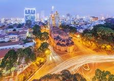 Opinión Notre Dame Cathedral (basílica de la noche de Saigon Notre-Dame) situada en el centro de la ciudad de Ho Chi Minh City, V fotografía de archivo
