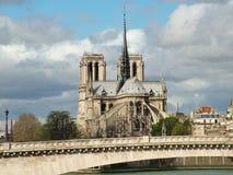 Opinión Notre Dame de Paris y el puente de la Turnel Imagenes de archivo