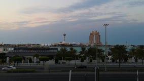 Opinión nublada del cielo de la puesta del sol la ciudad Marina Mall de Abu Dhabi, del puerto deportivo del ojo de la rueda y de  almacen de metraje de vídeo