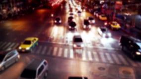 Opinión ocupada de la noche de la calle de la ciudad con los coches móviles Bangkok, Tailandia almacen de video