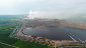 Opinión ofIndustrial de la visión aérea en la zona de la industria de la forma de la planta de la refinería de petróleo Cosechado almacen de metraje de vídeo