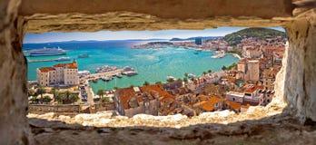 Opinión panorámica aérea de la costa partida a través de la ventana de piedra foto de archivo libre de regalías