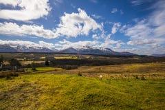 Opinión panorámica Ben Nevis Range del puente de Spean en las montañas de Escocia Fotos de archivo