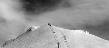 Opinión panorámica blanco y negro sobre cuesta y la telesilla del esquí Fotos de archivo