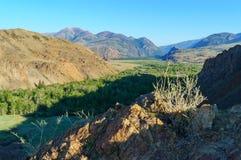 Opinión panorámica de Birdeye sobre el valle de la montaña Fotos de archivo