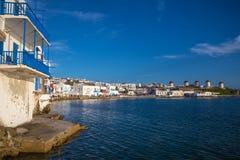 Opinión panorámica de la ciudad de Mykonos con el cielo azul claro, Grecia Imágenes de archivo libres de regalías