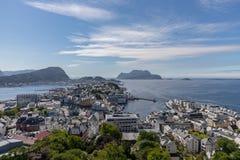 Opinión panorámica de la ciudad del lesund de Ã…, Noruega con el cielo claro imagenes de archivo
