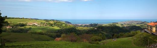 Opinión panorámica de la costa vasca del país   Imágenes de archivo libres de regalías