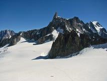 Opinión panorámica de la nieve de las montañas de las montañas Fotos de archivo libres de regalías